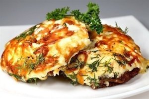 Мясо по-французски  Ингредиенты:  На 1кг филе свинины: - 3-4 луковицы - 3 помидора - 4 крупных картофелины - 200гр. сыра - майонез - соль - перец