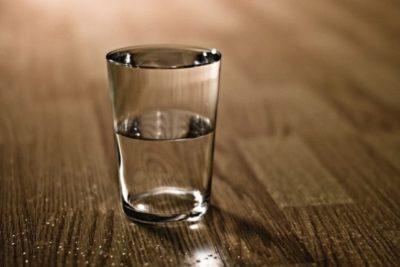 Почему следует ставить стакан воды на ночь у кровати!?