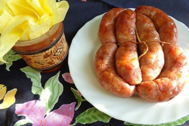 Домашняя колбаса это всегда качество и невероятная вкуснотища! Натуральная оболочка, натуральное мясо, сало и специи.