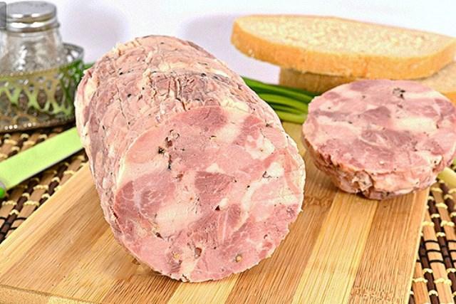 Рубленая ветчина из свинины и курицы, приготовленная своими руками, не идет ни в какое сравнение с магазинными колбасами и ветчинами.