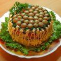 Торт-салат с курицей и грибами. Вкусный и очень сытный салатик станет настоящим хитом на любом праздничном столе.