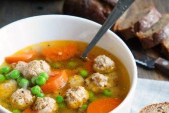 Великолепный прозрачный суп с куриными фрикадельками — идеальный вариант! Легче не бывает.