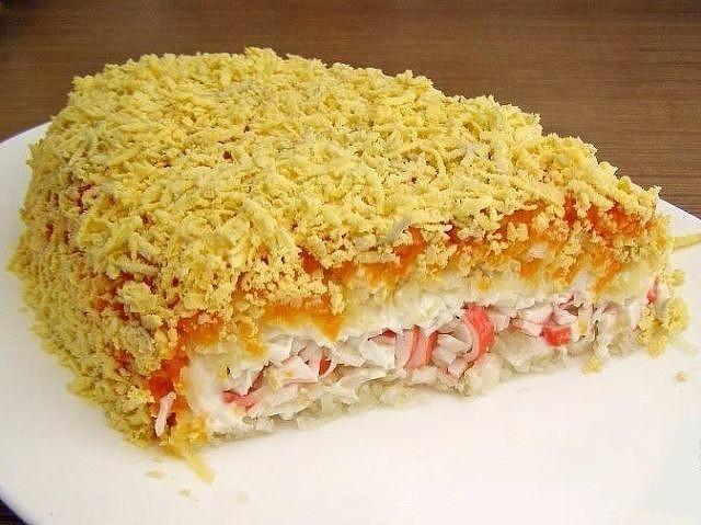Крабовый слоеный салат: ЕГО ВСЕГДА СЪЕДАЮТ ПЕРВЫМ