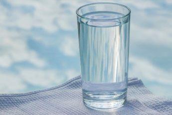«Опусти стакан!» — мудрая притча о том, как стоит относиться к проблемам 1